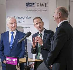 v.l.n.r.: Dieter Dombrowski (CDU), Jan Hinrich Glahr (BWE), Dietmar Woidke (SPD) (Bild: BWE/Silke Reents)