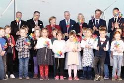 Die Ehrengäste nahmen den Offshore-Windpark Arkona mit Unterstützung von Kindern der Kindertagesstätte Kunterbunt aus Sassnitz in Betrieb (Bild: E.ON)