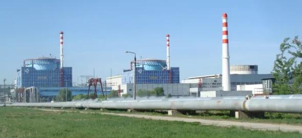 AKW-Standort Chmelnizkij in der Ukraine. Rechts im Bild ein unfertiger Reaktor-Teilbau (Foto: RLuts / Wikimedia Commons via Greenpeace Energy)