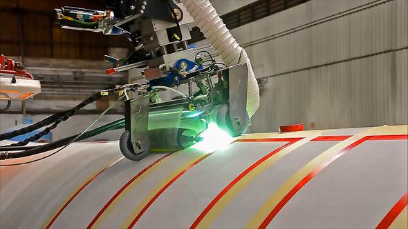 Automatisierte Beschichtung des Riblets-Lacks auf Rotorblättern (Bild: Fraunhofer IFAM)
