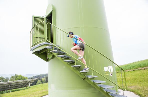 Los geht's: Rainer Predl wagt den Versuch, im Windrad einen Marathon zu absolvieren (Bilder: Astrid Knie / IG Windkraft)