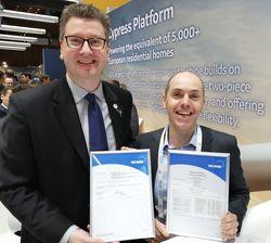 Mike Wöbbeking, TÜV NORD (links) überreichte Luca Feigl, GE Wind Energy, das Zertifikat für die GE 2.7-116 (Bild: TÜV NORD)