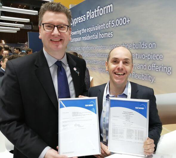Mike Wöbbeking, TÜV NORD (left), presented Luca Feigl, GE Wind Energy with the certificate for the GE 2.7-116 (Image: TÜV NORD)