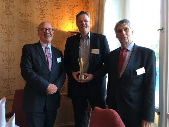"""Ausgezeichnet: Der """"Goldener Spargel"""" für Marten Jensen (Mitte), mit Prof. Dr. Rave (links) und Dr. B. Richter (Bilder: Hochschule Flensburg)"""