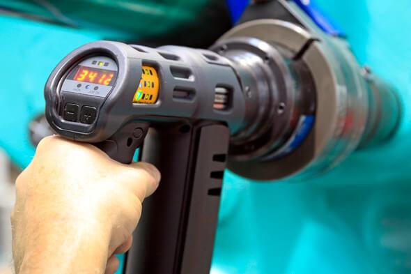 Werkerblick auf den Schrauber: Der Tensor Revo informiert seine Bediener über   Lichtsignale und die Drehmoment-Anzeige über das Schraubergebnis (Foto: Atlas Copco Tools)
