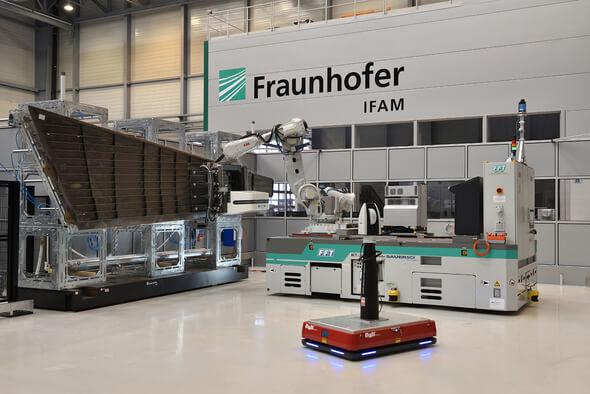 MBFast18-Gesamtanlage mit Mehrachs-Bearbeitungseinheit, Roboter, AGV und mobilem Lasertracker an einer Flugzeugseitenleitwerksschale im Technikum des Fraunhofer IFAM l Stade (Bild: Fraunhofer IFAM)