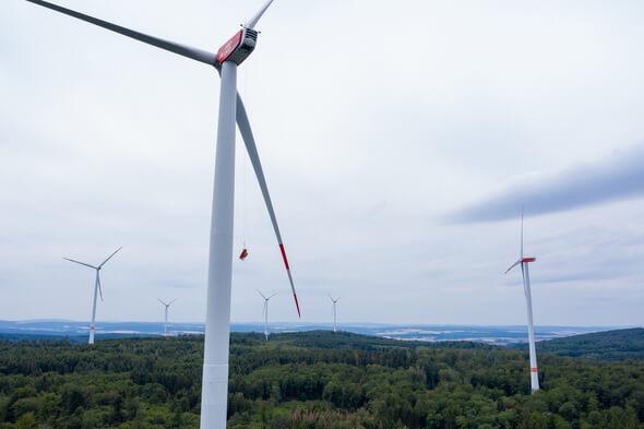 Die Rettung eines Verunglückten aus der Gondel einer Windkraftanlage in 140 Meter Höhe stellt auch erfahrene Feuerwehrleute vor Herausforderungen. Umso wichtiger ist es, den Ernstfall regelmäßig zu üben – so wie dieser Tage im Taunus-Windpark Weilrod. Win