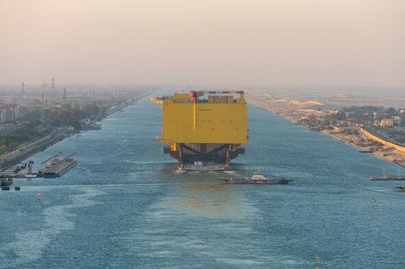 Transport der Offshore-Plattform BorWin gamma durch den Suezkanal (Bild: TenneT)
