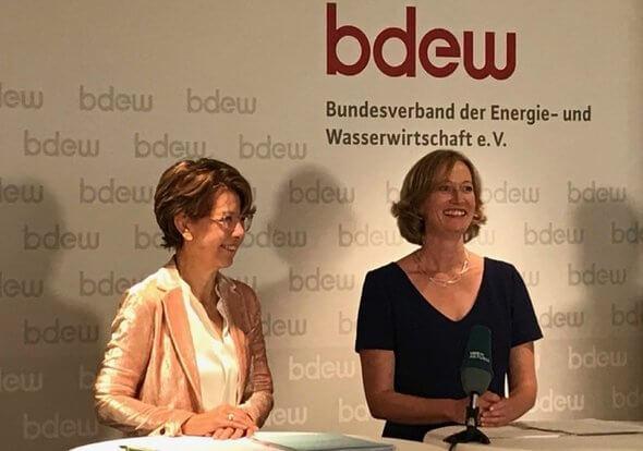 Kerstin Andreae, rechts im Bild, ist neue Haptgeschäftsführerin des BDEW (Bild: BDEW Twitter)