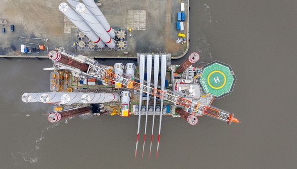 """Beladen mit Teilen für vier Windkraftanlagen geht es nun für das Installationsschiff """"Brave Tern"""" zum EnBW Offshore-Windpark """"Albators"""" um die restlichen Anlagen zu errichten (Foto: EnBW)"""
