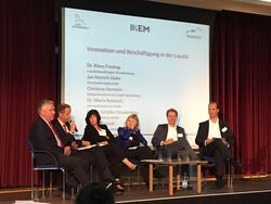 Diskussionsrunde mit Dr. Klaus Freytag, Jan Hinrich Glarh, Christine Herntier, Dr. Maria Reinisch und Simon Schäfer-Stradowksy (v.l.n.r.) (Bild: BEE)