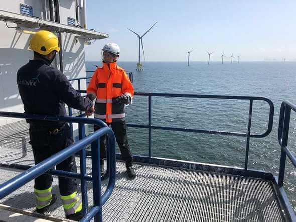 Mitarbeiter von Parkwind und Mitarbeiterin von 50Hertz auf einer Parkwind-Plattform in einem Windpark in der Nordsee (Bild: Matthias Wilhelm/50Hertz)