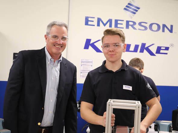 Tim Ferry, Group President und Luca Austermühle, Industriemechaniker im zweiten Ausbildungsjahr (Bild: Klauke)