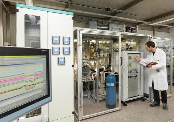 Der weltweit erste und vollständig automatisierte CO 2 -Elektrolyseur von Siemens erzeugt Kohlenmonoxid und liefert mit Wasserstoff die Hauptnahrung für die Bakterien im Bioreaktor (Bild: Siemens)