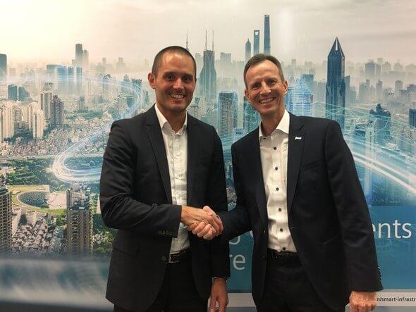 Robert Klaffus (links), CEO Digital Grid bei Siemens Smart Infrastructure, und Stephan Hansen, Mitglied des Vorstands und COO der juwi-Gruppe (Bild: juwi)