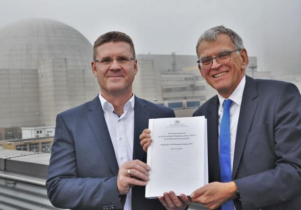 Die Genehmigung wurde vor Ort von Helmfried Meinel (rechts im Bild), Ministerialdirektor des baden-württembergischen Umweltministeriums, an Jörg Michels (links im Bild), Chef der EnBW-Kernkraftsparte, übergeben. (Bild: EnBW)