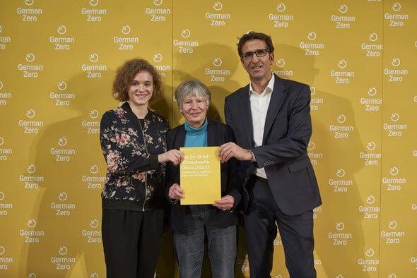 Prof. Dr. Angelika Zahrnt, Hannah Lübbert und Heinrich Strössenreuther bei der Vorstellung des Klimaplans (Bild: Neumann und Rodtmann / GermanZero)