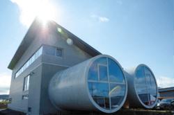 Deutsche Windtechnik und GFW gehen jetzt gemeinsame Wege. Der architektonisch markante Hauptsitz der GFW in Rennrod bleibt erhalten (Bild: GFW GmbH & Co KG)