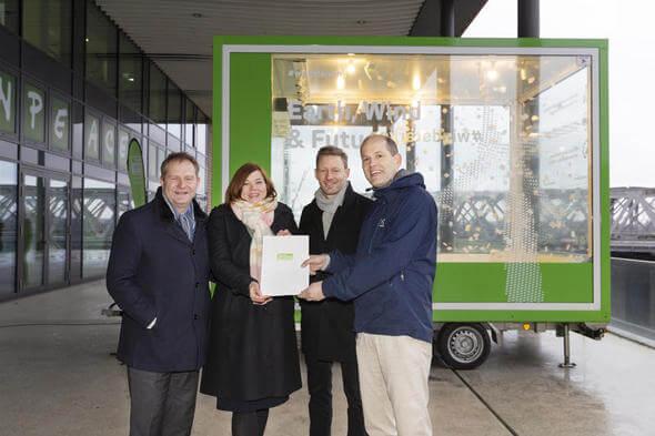 Die Greenpeace-Energy-Vorstände Nils Müller und Sönke Tangermann übergaben ihren Forderungskatalog an Hamburgs Wissenschaftssenatorin Katharina Fegebank und Umweltsenator Jens Kerstan (Foto: Enver Hirsch / Greenpeace Energy eG)