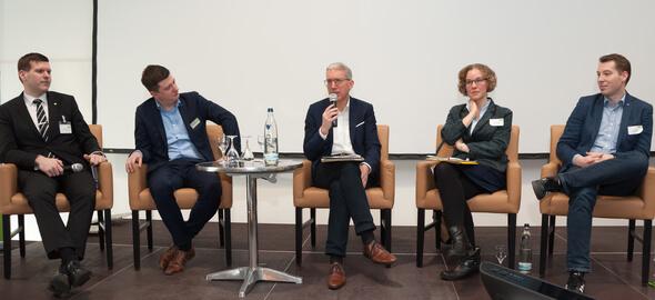 Dr. Julia Verlinden, MdB Bündnis 90/ Die Grünen und Martin Bäumer, MDL CDU (Mitte). Links: Dr. Peter Kornatz (DBFZ), daneben Kurt Kretschmer (e2m), rechts: Dr. Stefan Rauh, Geschäftsführer Fachverband Biogas e.V. (Bild: e2m)