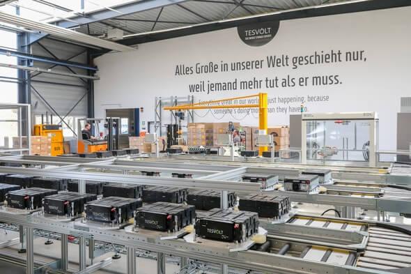 Fertigungslinie der ersten Gigafactory für gewerbliche Batteriespeichersysteme Europas (Bild: Tesvolt)