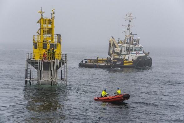 Aussetzen der Nordseemessboje (NSB3) des MARNET-Messnetzes des BSH nach Wartungsarbeiten an Land. (Bild: BSH)