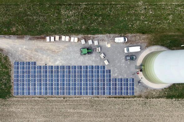 Drohne: Aus der Luft gut zu erkennen, dass etwa die Hälfte der Kranstellfläche für die neue PV-Anlage in Anspruch genommen wurde (Bild: WestfalenWIND PV GmbH & Co. KG)