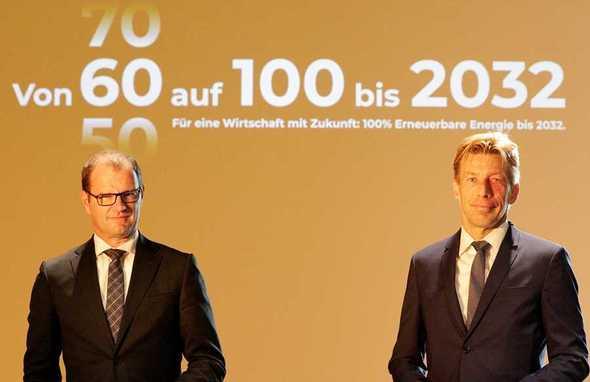 """50Hertz-CEO Stefan Kapferer (l.) und Elia Group-CEO Chris Peeters bei der Vorstellung der Strategie """"Von 60 auf 100 bis 2032"""" in Berlin (Foto: Manfred Vogel)"""