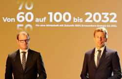 "Presenting the strategy ""From 60 to 100 by 2032"" in Berlin: 50Hertz CEO Stefan Kapferer (l.) and Elia Group CEO Chris Peeters (Image: Manfred Vogel)"