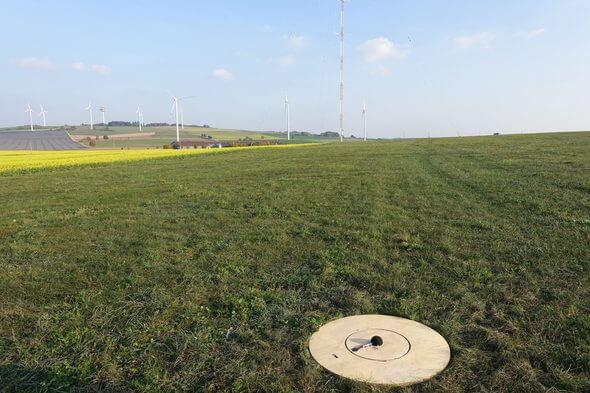 Messmikrofon nahe einer Windkraftanlage auf der Schwäbischen Alb (Bild: Zentrum für Sonnenenergie- und Wasserstoff-Forschung Baden-Württemberg ZSW)