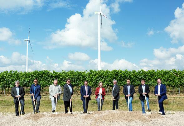 Gruppenbild mit Spaten* (Bild: Ursula Röck für Windkraft Simonsfeld)