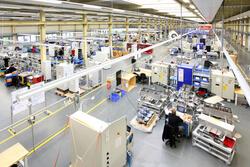 Blick in die Fertigung von SSB eSystems, in der der Full-Service-Anbieter auf einer Produktionsfläche von rund 8.000 Quadratmetern u.a. UL- und CSA-konforme Schaltschränke herstellt. (Bild: SSB eSystems)