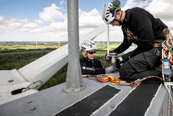 Deutsche Windtechnik Servicemitarbeiter verbauen eine BNK-BOX. (Bild: Deutsche Windtechnik)