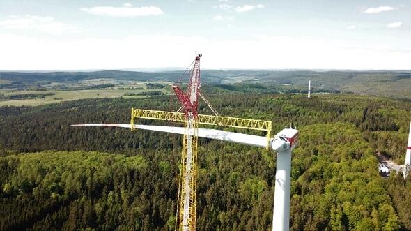 Windpark Rosskopf während der Bauphase. In wenigen Tagen werden die sechs Anlagen vom Typ GE 2.75 an den Betreiber übergeben (Bild: juwi)