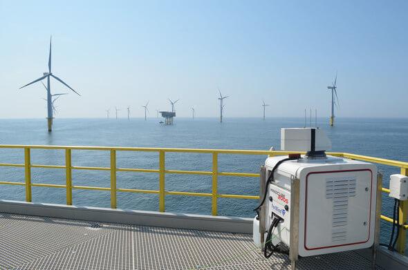 Ein Lidar-Gerät auf der Zugangsplattform einer Offshore-Windenergieanlage liefert kontinuierlich Daten des einströmenden Windfeldes (Foto: Jörge Schneemann, ForWind, Universität Oldenburg)