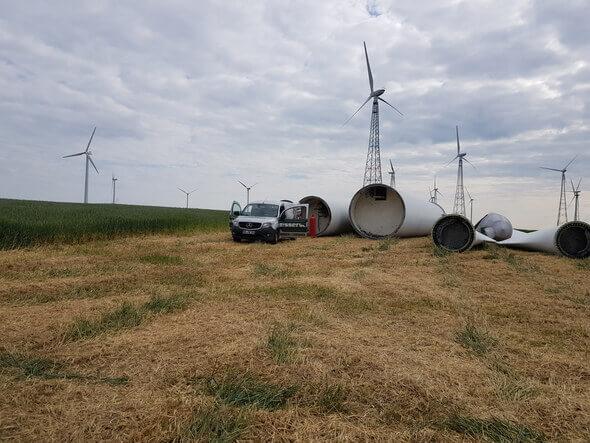 Bereit zum Repowering: Zwei Altanlagen weichen einer modernen leistungsfähigeren Windenergieanlage. (Bild: NATURSTROM AG)