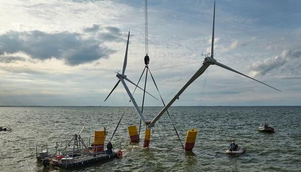 Nezzy² ist gerade an der Kaikante im Hafen Vierow ins Wasser eingetaucht, hängt aber noch am Kranhaken (Bild: EnBW / aerodyn / Fotograf Jan Oelker)