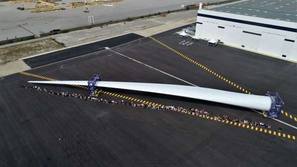 LM Windpower employees next to a blade (Image: Manche Drones Production)