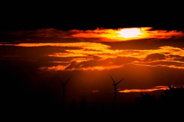 Windenergie zwischen Licht und Schatten (Bild: Pixabay)