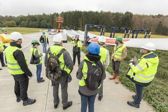 Baustellen-Leiter Ralf Ratanski von Siemens Gamesa erklärt technische Details (Bild: Bürgerforum LandesEnergieAgentur Hessen/Fotograf: Rüdiger Dunker)