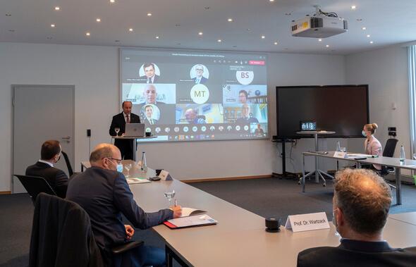 Die Preisverleihung des Schaeffler Innovation Award 2019 fand erstmals virtuell statt. Andreas Hamann, Vorsitzender des Stiftungsvorstands, begrüßte die Preisträger, deren Betreuer und Doktorväter (Foto: Schaeffler)