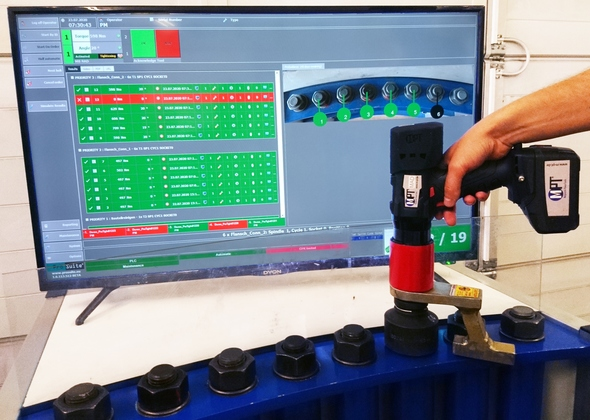 Bolting in the worker guidance system ProTight™ with battery torque wrench MAD 20 (Image: M-PT)
