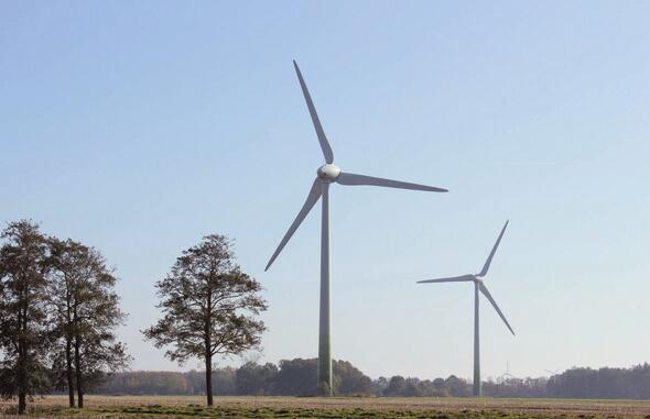 Bild einer älteren Windenergieanlage nahe Stade (Bild: NATURSTROM AG)