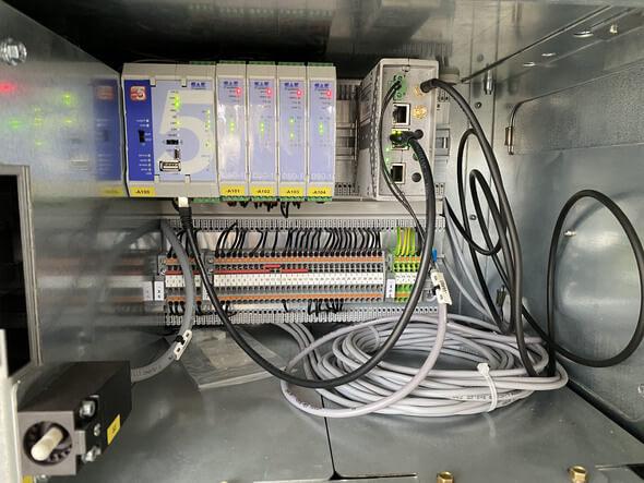 Der Relaiskasten für das Feld 4 verfügt über eine separat abschließbare Abteilung fürdieFernwirkanlage undüber eineÜbergabeklemmleiste. Der Funkrouter wurde auf der Baustelle eingebaut (Bild: Ormazabal GmbH)