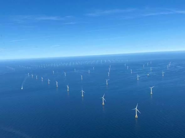 """Bei der Vermessung des GloBE spielen die beiden RWE-Windparks Nordsee Ost (vorne) und Amrumbank West (hinten) eine entscheidende Rolle. Zwischen ihnen ist die """"Kaskasie-Lücke"""" zu sehen (Bild: RWE)"""