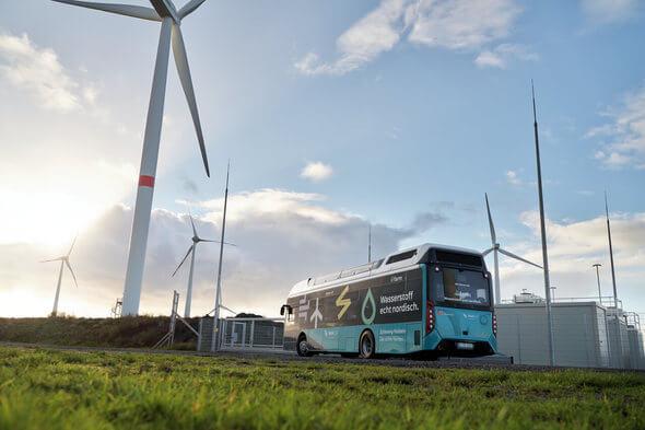 Elektrolyse mit Windstrom für Brennstoffzellen-Busse, hier bei Husum (Bild: GP Joule)
