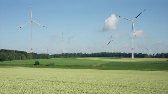 Wie würden Windenergieanlagen optisch wirken, wenn sie ein schwarzes Rotorblatt hätten? Animation von Lenné3D im Auftrag des KNE (Bild: Lenné3D GmbH)