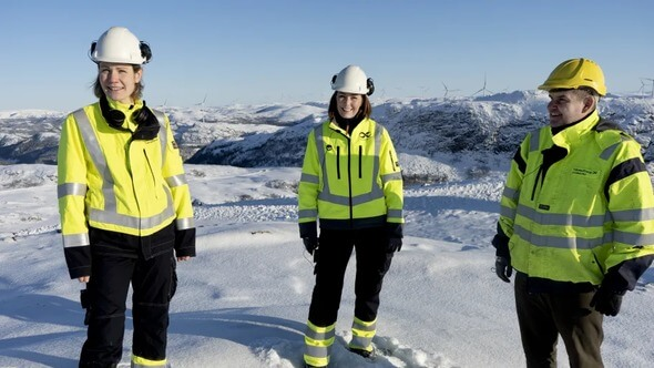 Key Account Manager Ragnhild Remmem Bull (v.l.), Rechtsdirektor Kari Skeidsvoll Moe und CEO Ståle Gjersvold besuchen den Windpark Roan im Rahmen der Übernahme (Bild: TrønderEnergi)