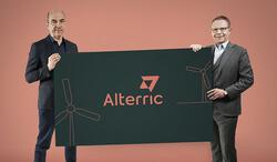 (von links) Stefan Dohler, Vorstandsvorsitzender EWE AG, präsentiert gemeinsam mit Heiko Janssen, Vorstandsvorsitzender Aloys Wobben Stiftung, die Marke Alterric (Bild: EWE/AWS)