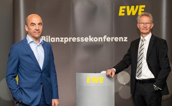 Von links: Stefan Dohler, Vorstandsvorsitzender EWE AG, und Finanzvorstand Wolfgang Mücher (Bild: EWE AG/David Hecker)